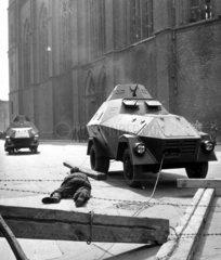 Soldat liegt auf Strasse  Panzer