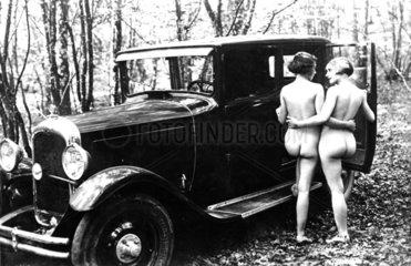 Nackte Frauen steigen ins Auto