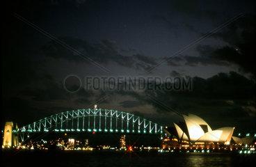 Nachtaufnahme der Oper von Sydney mit Harbour Bridge