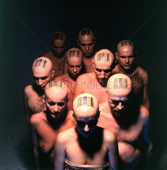Menschen mit Barcode auf dem Kopf