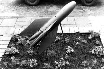 Rakete in Vorgarten