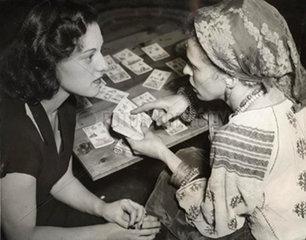 Frau liest anderer Frau die Karten