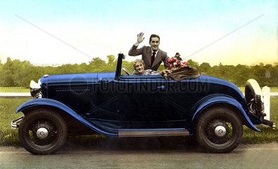 blaues Auto Paar winkt winken