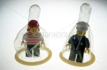 Kondome ueber zwei Lego-Figuren