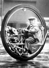 Mann in rundem Motorrad
