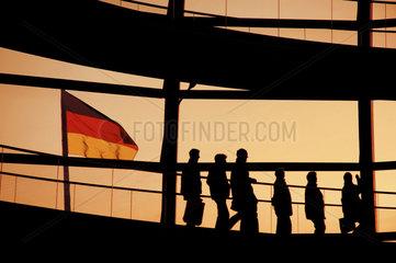 Menschen in Reichstagskuppel