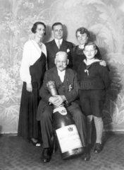 Familienfoto mit Sektflasche