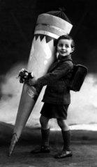 Schultuete groesser als Junge  1930
