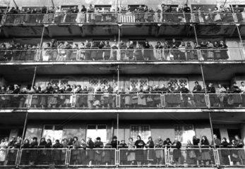 Menschenansammlung auf Balkon