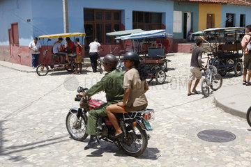 cubanische Armee auf Motorrad in Trinidad
