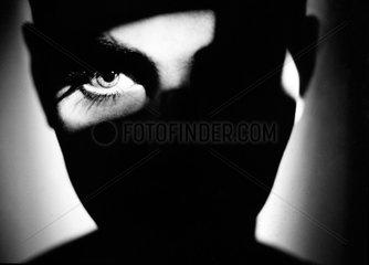 Gesicht von Schatten bedeckt