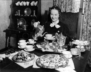 Frau giesst sich Tee ein