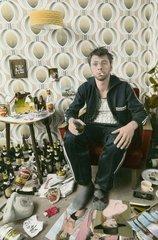 Fauler Mann trinkt zu Hause