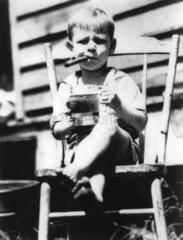 Junge mit Bier und Zigarre
