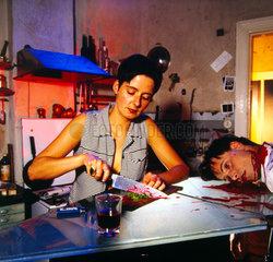 Mord am Mann: Frau mit blutigem Messer
