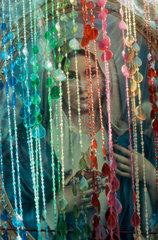 Madonna und Vorhang