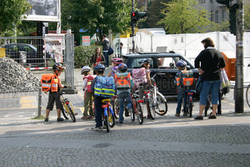 Grundschueler und Stadtverkehr