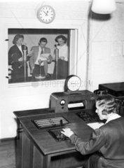 Saenger und Saengerinnen im Tonstudio