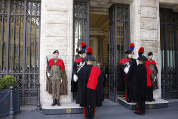 Wache vor dem Palazzo Madama