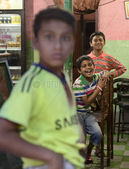 Drei Jungen in einem Imbiss  die Spass haben