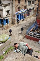 Mittagsschlaf auf Tempelstufen  Kathmandu