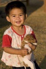 Kleiner Junge mit jungem Hund / Vang Vieng / Laos / SUEDOSTASIEN-REISE 20.1
