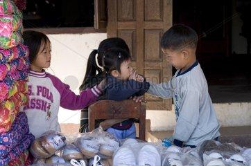 Kinder beim Zwischenstopp auf dem Weg von Luang Prabang nach Vang Vieng / L