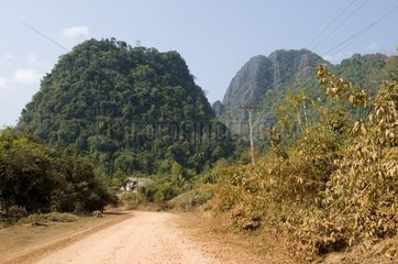 Karstberge auf dem Weg zur Tham Poukham Hoehle / Vang Vieng / Laos / SUEDOS