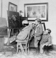 Schulstreich Unfug Kinder bemalen schalfenden Maler