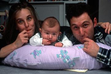 Mutti  Vati  Kind mit Finger im Mund