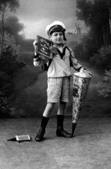 Junge mit Schultuete