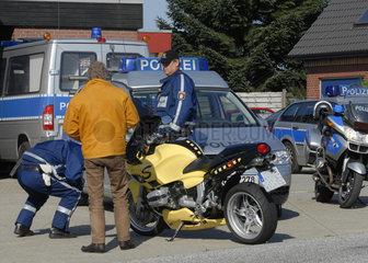 Polizeikontrolle Knoellchen  Protokoll  Verwarnung  Geschwindigkeitskontrolle  Sommer  Landstrasse  Staat  Einsatz  Polizei  Hobby  kassieren  Fuehrerschein