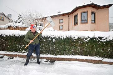 Rentner beim Schnee-Raeumen
