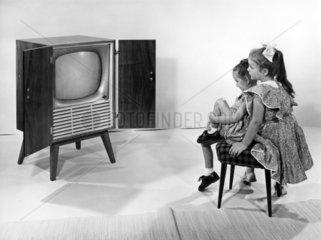 zwei Maedchen schauen fern