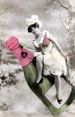 Frau sitzt auf Champagneflasche 1910