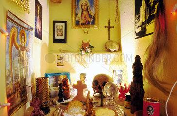 Voodoo-Altar im Ti-Bon-Ange Shop in Hamburg