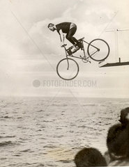 Mann auf Fahrrad f_hrt von Sprungturm