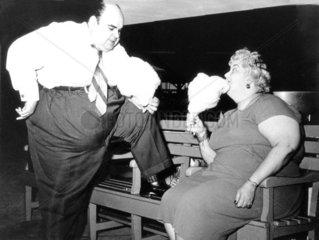 Dickes Paar isst Zuckerwatte 1940