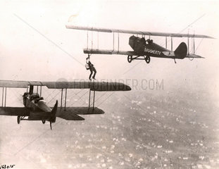 Mann klettert von Flugzeug zu Flugzeug
