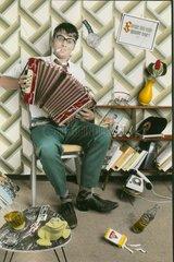 Mann mit Akkordeon im Wohnzimmerchaos
