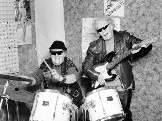 zwei Omas machen Rockmusik mit E-Gitarre und Schlagzeug