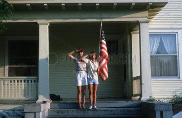 Frauen salutieren mit amerikanischer Flagge