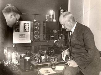 zwei Wissenschaftler vor physikalischer Versuchsanordnung