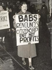 Frau h_lt Schild bei Demonstration