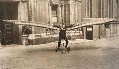 Mann mit Tretflugzeug