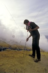 Taking away of smoke & of temperature by vulcanologist
