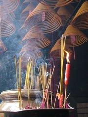 Hong Kong  autel avec bâtons d'encen.