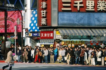 Tokyo  foule dans un carrefour dans le quartier de Shibuya