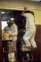 Livreurs dans un train avec leurs boîtes déjeuner Inde