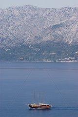 Voilier passant le long de la côte Dalmate Croatie